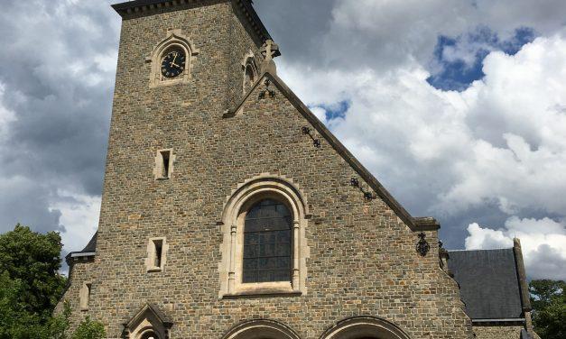 """Kerk Winterslag uitgerust met Bose  """"steerable array"""" klankzuilen"""